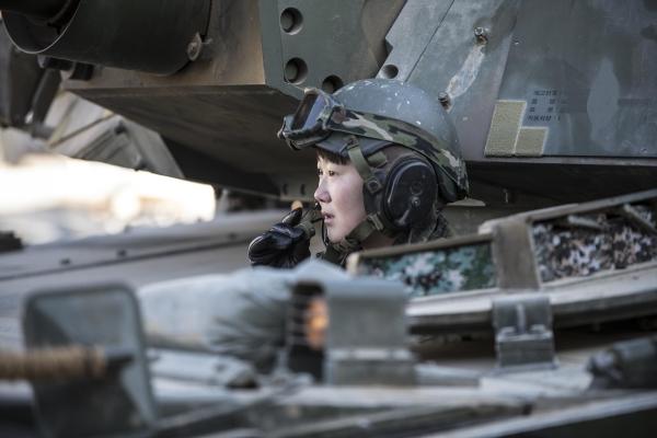 19-2 최초 여군 전차 조종수 임현진 하사가 K1A2 전차에 탑승해 승무원들과 무전을 하고 있다.jpg