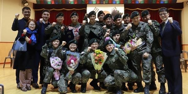 11-1 군대에서 고등학교 졸업을 한 후보생을 부모와 학교 선생님들이 축하해 주고 있다..jpg